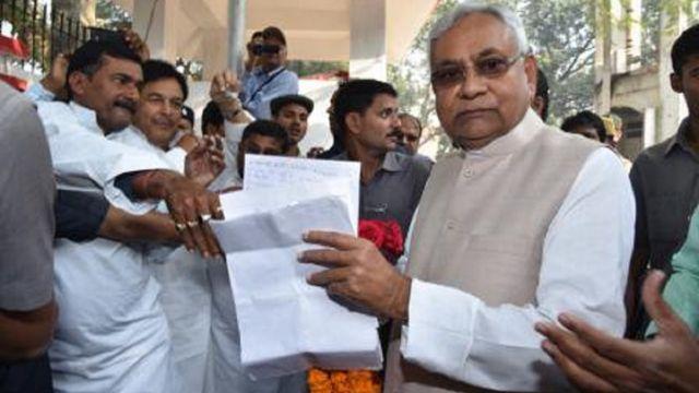 नीतीश कुमार पहली बार बिहार के मुख्यमंत्री केवल सात दिनों के लिए बने थे.