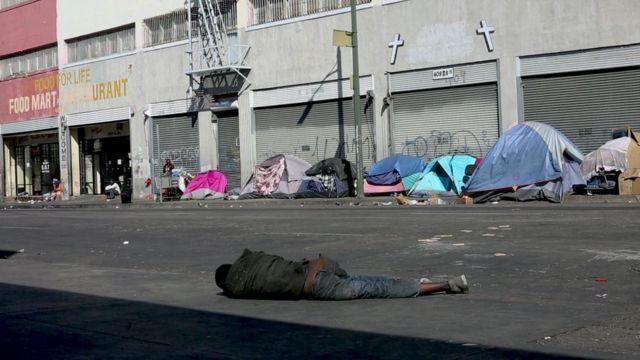 Barracas de moradores de rua em Skid Row, Los Angeles
