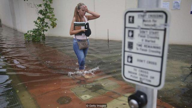 미국 플로리다주와 같은 연안 지역에서는 홍수와 해수면 상승이 잦아지면서 시민들이 기후변화와 씨름하고 있다.