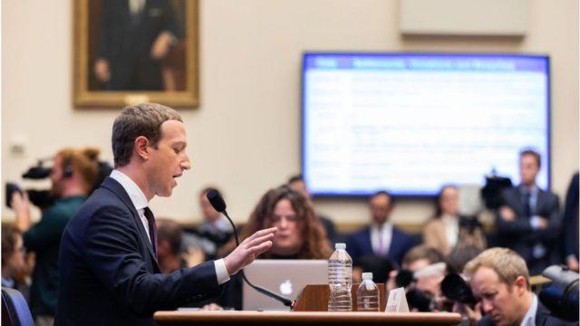 Mark Zuckerberg en la audiencia en el Congreso.