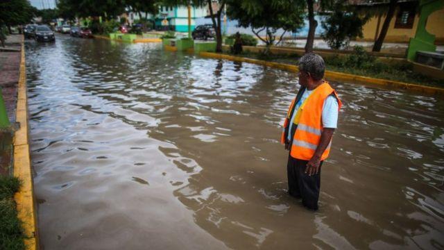 Una calle de Sullana, en la región Piura, inundada a fines de febrero.