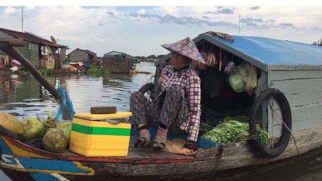 Chiếc ghe là nơi bán hàng và sinh sống của vợ chồng ông Trần Văn Tấn