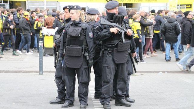 Des policiers allemands lourdement armés en dehors du stade Iduna Park à Dortmund