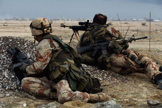 Soldados aliados durante a Guerra do Golfo em sua ofensiva contra o Kuwait