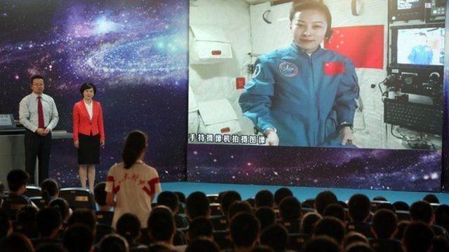 หวัง หยาผิง นักบินอวกาศหญิงของจีนบรรยายในชั้นเรียน