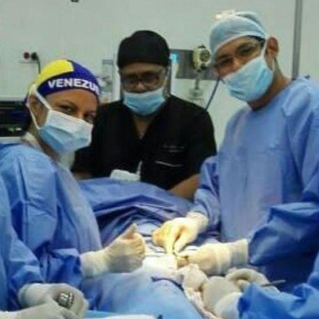 Felimar Luque (izq.) en la sala de partos en Venezuela