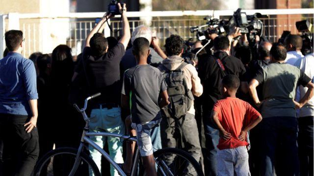 Jornalistas e pedestres observam local em que suspeito de ataque participou de audiência de custódia