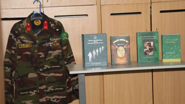 সেনাবাহিনীর পোশাকের সাথে দেওয়ান মোহাম্মদ তাছাওয়ারের লেখা বই