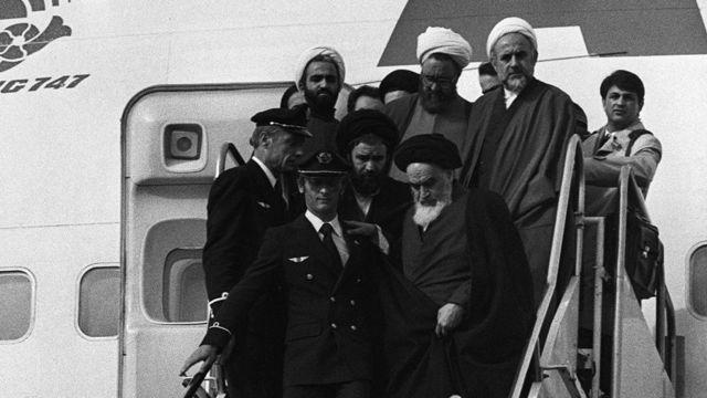 حسن لاهوتی (راست) همراه با آیتالله خمینی از پاریس به تهران آمد
