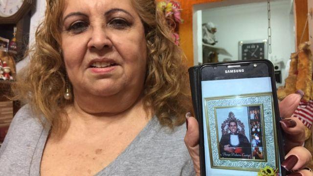 Francilene mostra foto do filho assassinado