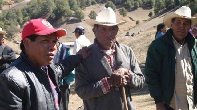 Isidro con otros campesinos