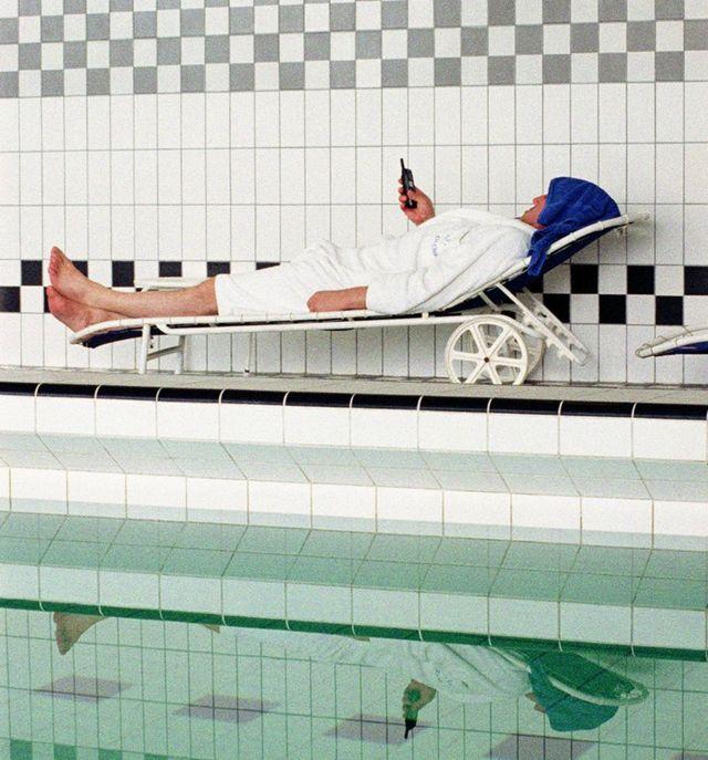 novinar pored bazena sa telefonom