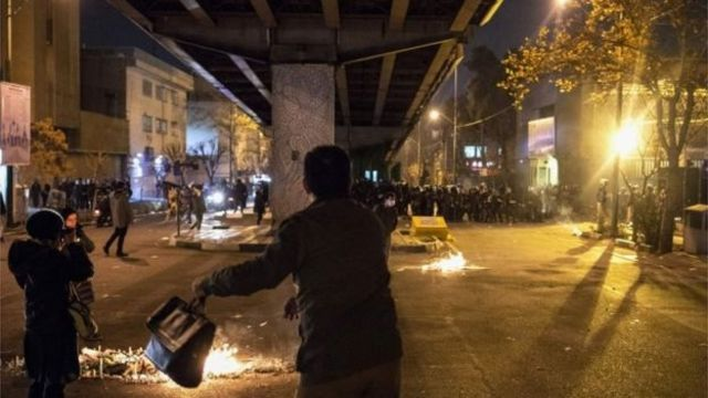 متظاهر من الاحتجاجات الأخيرة في إيران