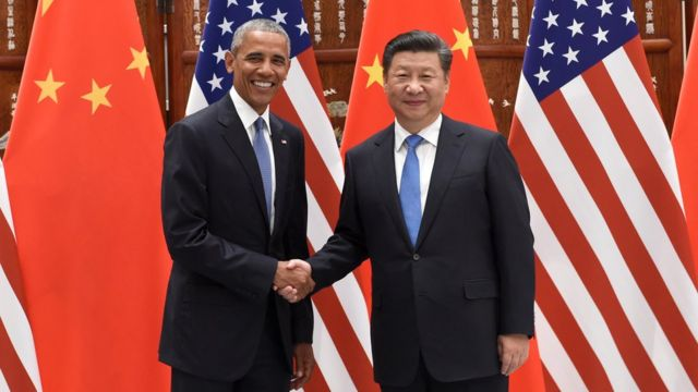 الرئيس الصيني شي جينبينغ يصافح الرئيس الأمريكي باراك أوباما