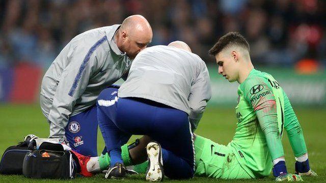 Kepa es atendido por los médicos del Chelsea.