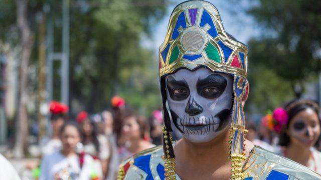 """""""Un joven disfrazado de faraón con la cara pintada de catrín que desfila por las calles de Guadalajara"""", foto de Pablo A. Arias Cid."""