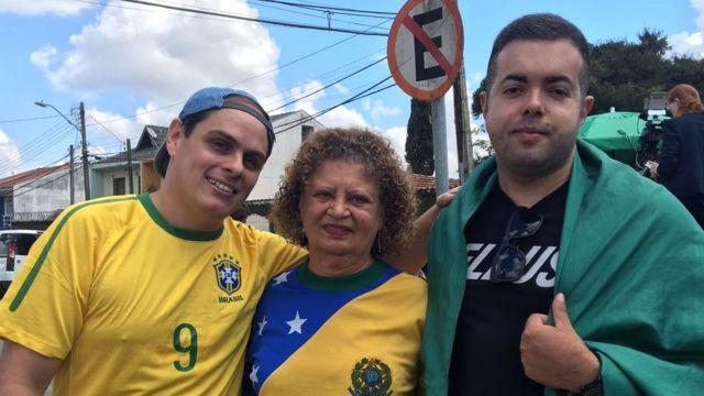 Manifestantes contra Lula na frente da PF em Curitiba