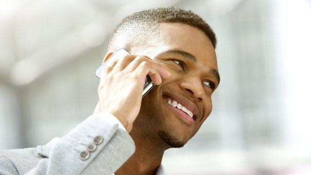 Foto genérica de homem com celular