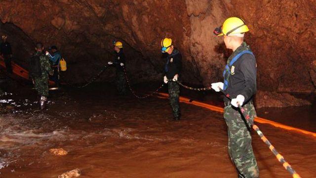 военные в пещере проводят операцию