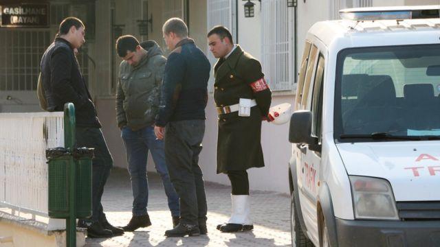 Yaralı askerler Gaziantep ve Kilis'te tedaviye alınırken, saldırıda hayatını kaybeden uzman çavuşun cenazesi helikopter ile Gaziantep Adli Tıp Kurumu morguna getirildi.