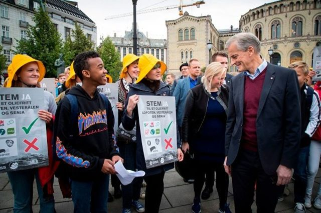 Sejumlah remaja yang tergabung dalam organisasi Nature and Youth di Norwegia berunjuk rasa damai menuntut upaya pelestarian lingkungan