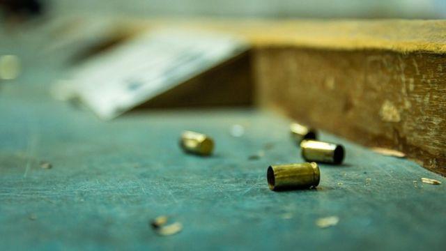 balas en el suelo.