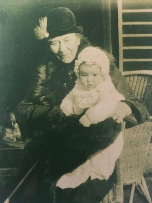Alice Liddell con su nieta Mary Jean St Clair.