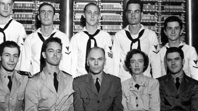 Grace Hopper (1906-1992), segunda da direita à esquerda na fileira de baixo