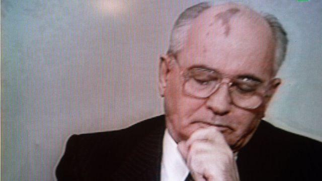 Mijáil Gorbachev anunciando su renuncia en la televisión estatal