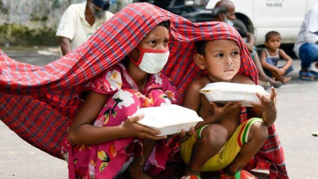 Dos niños de Bangladesh durante un confinamiento en su país.