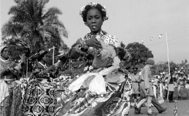 Une danseuse nigériane de la tribu Efik s'arrête à la fin d'une danse traditionnelle pour la Reine et le Duc d'Édimbourg lors de leur tournée royale