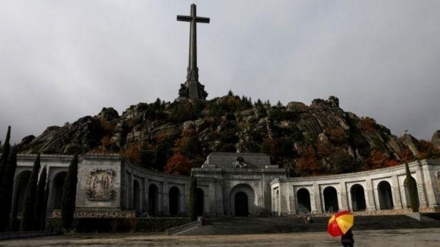 Franco'nun cenazesi kırk yıla yakın süre sonra geçen yıl gömüldüğü anıt mezardan mahkeme kararıyla çıkarılmıştı