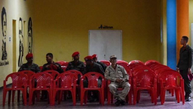 Un colegio electoral sin votantes civiles y con militares,