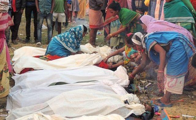 Sejumlah jasad korban keracunan miras oplosan di distrik Golaghat, Assam, India.