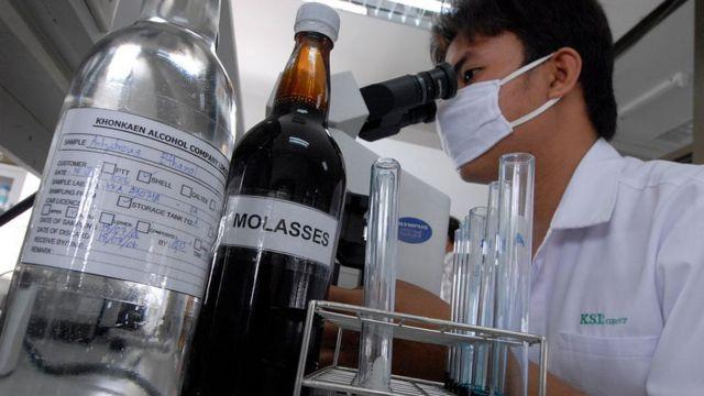 Ученый смотрит в микроскоп