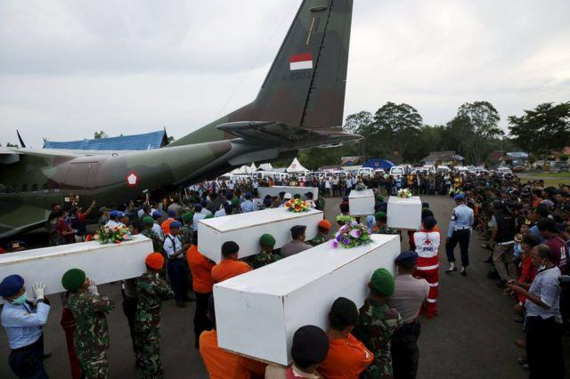 事故の犠牲者のうち106体のみが見つかっている(写真は今年1月2日に軍機によって運ばれた遺体)