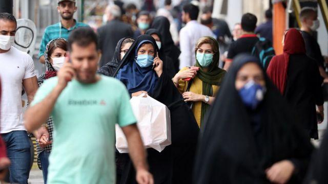 مجموعة من المارة في أحد شوارع طهران