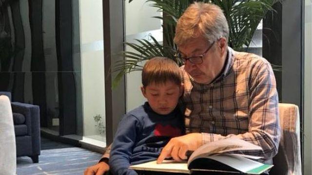 Ian Simpson com seu neto Jack