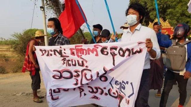 သေဆုံးမှုအများအပြားရှိခဲ့ပေမဲ့ မြင်းခြံမှာ ဆက်လက်ဆန္ဒပြနေဆဲ