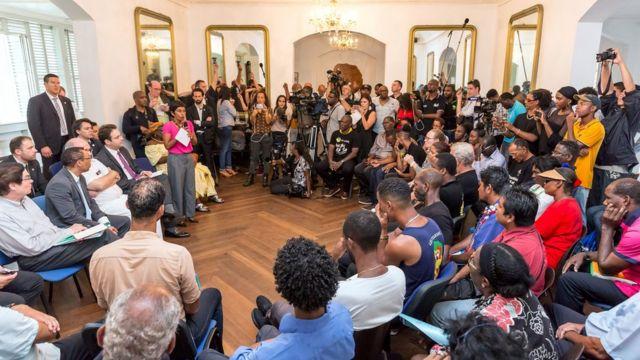 Negociaciones entre el gobierno francés y los manifestantes de Guyana Francesa.