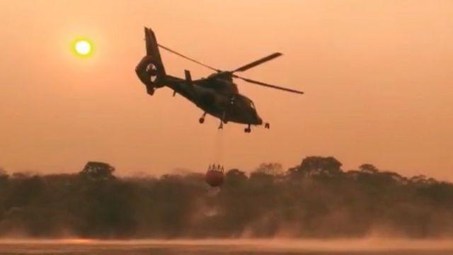 Helicóptero luchando contra el fuego en Bolivia.