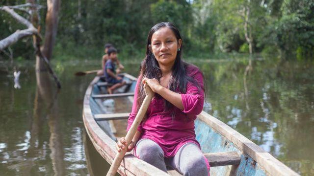 Liz Chicaje Churay en una barca en el río Ampiyacú