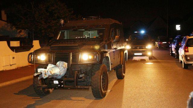 パリ郊外マニャンビルの事件現場に突入した国家警察特別介入部隊(RAID)(14日未明)