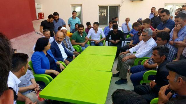 HDP'li siyasetçilerden oluşan bir heyet, saldırıda ölen ve yaralananların aileleriyle görüştü