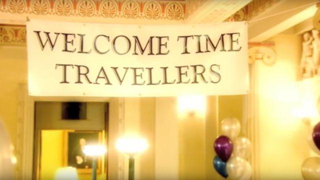 """Captura de pantalla de la serie documental """"Into the Universe with Stephen Hawking"""", que muestra un cartel que dice: """"Bienvenidos, viajeros del tiempo"""". (Imagen: Into the Universe with Stephen Hawking / Discovery)"""