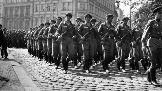 """Ngày 10/9/1968: quân đội Liên Xô hành quân qua đường phố Prague trong thời kỳ """"Mùa xuân Prague"""""""
