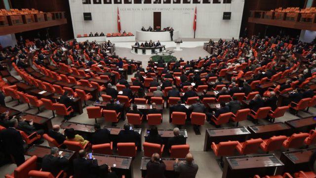 Bazı milletvekilleri, zorla kaybetme ve yasadışı alıkoyma iddialarını TBMM çatısında da gündeme getiriyor.