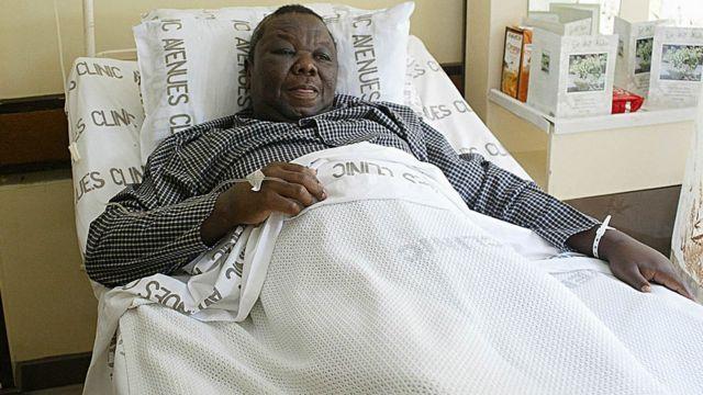 Morgan Tsvangirai, blessé après des manifestations, sur son lit d'hôpital à Hararé en mars 2007 (illustration)