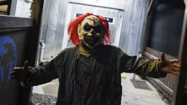 Сержант армии США, одетый в костюм страшного клоуна на Хэллоуин а 2015 году.