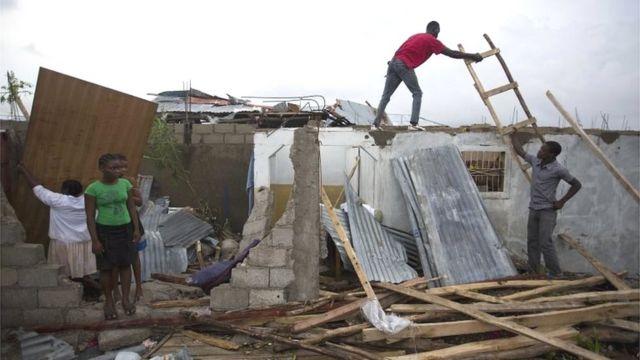 Habitantes de la localidad de Les Cayes reconstruyen sus casas.